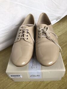 BNWB Clarks Nude Patent Leather Flat Lace Up Brogue Style Size 7 1/5 D
