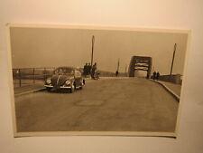 Auto Oldtimer VW Käfer auf einer Brücke / Foto