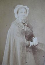 Photographie ancienne CDV Dame avec coiffe cape photo Maujean Paris mode costume