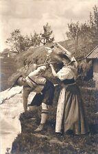 CPA Couple en Costume Tyrolien (l'Arroseur Arrosé)