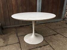 Schöner 70er Jahre  Space Age Design Tulip Tisch Weiß Metall Fuss----——-