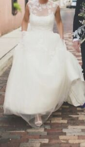 Wedding Dress White By Vera Wang Ivory Color Pre-owned Size 8