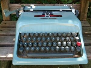 VINTAGE MADE IN ITALY OLIVETTI STUDIO 44 PORTABLE -  ORIG.CASE - SERVICED
