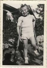 PHOTO ANCIENNE - VINTAGE SNAPSHOT - ENFANT JARDIN JARDINAGE OUTILS GRIMACE