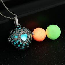 Herz Anhänger mit Strass und 3 leuchtenden Perlen auf einer Kugelkette. Silber.