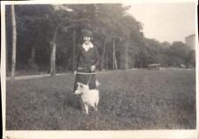 snapshot femme promenant un chien dans un parc Saint Maurice 15 septembre 1927