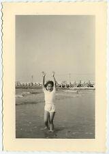 PHOTO ANCIENNE - FILLE PLAGE MER MAINS EN L'AIR GAG -GIRL BEACH-Vintage Snapshot
