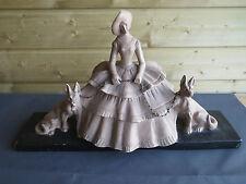 Ancienne statue en platre de cheminée dame et chiens socle marbre vintage