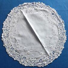 Napperon rond ancien en fin tissu blanc (lin ?), broderie fine et dentelle ...