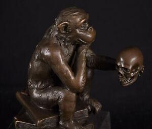 Bronze Skulptur Affe mit Schädel Totenkopf Darwin Darwinismus Marmorsockel