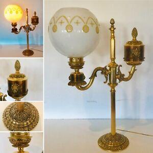 lampe de bureau en laiton doré globe en opaline blanche électrifié .XX siècle.