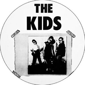 CHAPA/BADGE THE KIDS . pin button ramones stooges damned sex pistols pagans punk