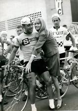 Cyclisme, Italo Mazzacurati (Salvarani) et Tom Simpson (Peugeot), départ d'