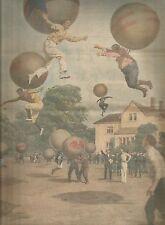 K0945 Uomini balzano tre metri altezza col pallone bebè gonfiato con elio_Stampa