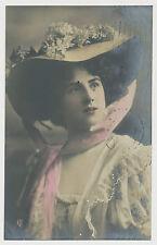 AK Giovane donna con un bel cappello (n138)