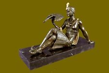 Sculpture en bronze, de jeune femme avec perroquet, statue signée Joe Descomps