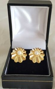 9ct Yellow gold clip-on earrings. Set with cultured Pearls. Birmingham 1990