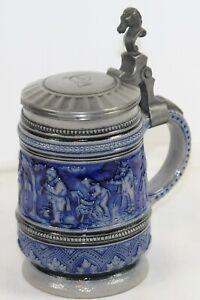 Alter Bierkrug um 1900 mit Zinndeckel Drücker Pferdekopf Wandung Musikanten blau