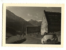 femme assise voiture ancienne Peugeot paysage -  photo ancienne 1950 60