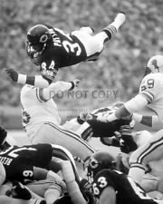 "WALTER PAYTON GOES ""OVER THE TOP"" FOR A FIRST DOWN - 8X10 SPORTS PHOTO (AZ671)"