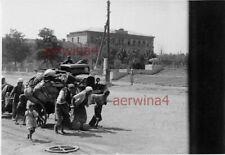 Russ. Flüchtliinge am Beute LKW GAZ Rollbahn  Stalino Ostfront