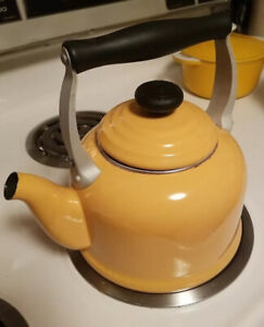 Le Creuset Zen Steel Enameled Kettle Large Teapot 2.1 L 2 Qts Yellow
