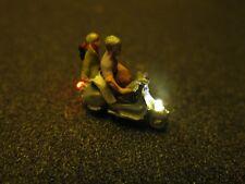F64 - N Moteur Scooter avec éclairage LED Scooter avec Figure Couple 1:160