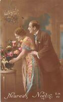 CPA Fantaisie - Heureux Noël - - Couple d'amoureux devant des fleurs