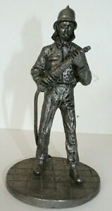 Statuette en étain, pompier, fait main, signature JB.