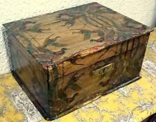 Antigua arqueta, caja antigua de madera decorada con motivos de patos. Siglo XIX