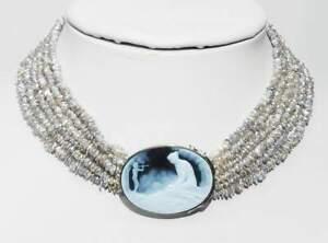 6- reihige Kette mit Biwa-Perlen, mittig geschnittene Achat-Kameé in 750 Gold