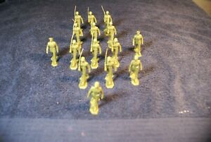 15 VINTAGE MARX  BATTLEGROUND WAXY GREEN MARCHING OFFICERS , NCOS , AND SOLDIERS