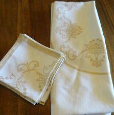 Nappe ovale 200 cm x 160 cm et ses 8 serviettes 38 cm x 38 cm .broderies or