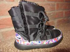 NUOVO Regno Unito 1 Ragazze Nike Scarpe Da Ginnastica Stivali Nero Multi Pattern Roshe uno ad alto pelliccia sintetica