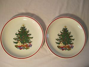 """2 Cuthberston American Christmas Tree 10.5"""" DINNER PLATES  PAIR Red Trim"""
