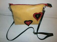 bolso de piel amarillo con corazones