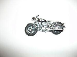 Ein chromfarbenes Schuco Piccolo Motorrad