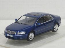 VW Phaeton in blaumetallic, Minichamps, ohne OVP + Amjo-Vitrine, 1:43