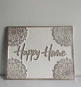 NEW CREAM EMBOSSED WOOD 'HAPPY HOME' PLAQUE SIGN WALL MOUNTED PLAQUE.