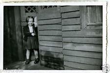 Portrait petite fille porte maison - photo ancienne an. 1940 50