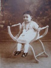 CPA Photo bébé fillette élégante avec un oiseau  mode costume
