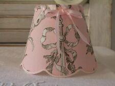 abat-jour festonnés roses pour appliques et lustre en toile de jouy