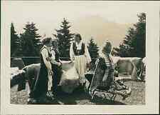 Norvège, Norvégiennes en haut de Fløyen  vintage silver print.  Tirage argenti