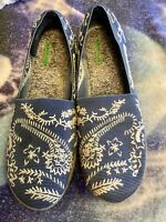 BareTraps Kessie Slip On Shoes Size 8.5 Blue Embroidered Memory Foam Comfort
