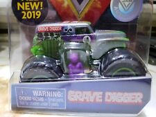 2019 SPIN MASTER MONSTER JAM 1:64 SILVER GRAVE DIGGER W/ MINI FIGURE & POSTER