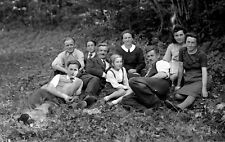Groupe famille promenade allongés sol - ancien négatif photo verre an.1930