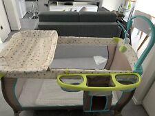 kinderreisebett mit matratze und Decke.