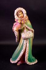 Holz geschnitzt - junge Frau - Spaziergang  im Winter - CM Sculptures