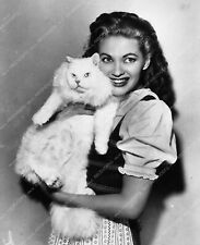 8641-10 Yvonne DeCarlo with cat 8641-10 8641-10