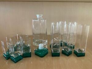 Servizio di bicchieri  con base verde , con bottiglia con tappo